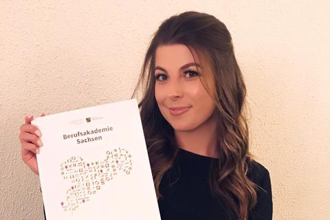 Event-Managerin Victoria Kalich präsentiert ihre Examensurkunde der Berufsakademie Sachsen in Riesa.