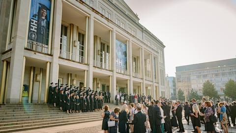 Absolventen der HHL und ihre Familien vor dem Beginn des Festaktes vor der Oper Leipzig.