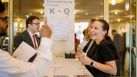 Im Empfangsbereich der Oper Leipzig werden die Gäste freundlich begrüßt.