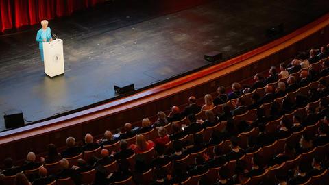 Die Präsidentin der EZB Christine Lagarde am Rednerpult in der Oper Leipzig.
