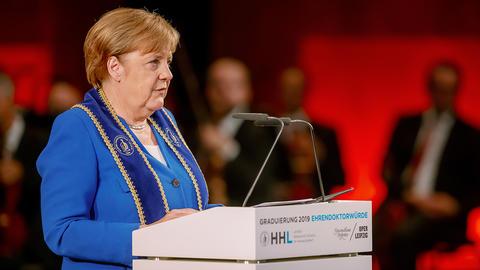 Dr. Angela Merkel in Nahaufnahme am Rednerpult der Oper Leipzig.