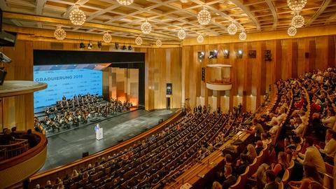 Blick in den Saal der Oper Leipzig bei der Verleihung der Ehrendoktorwürde an Dr. Angela Merkel.