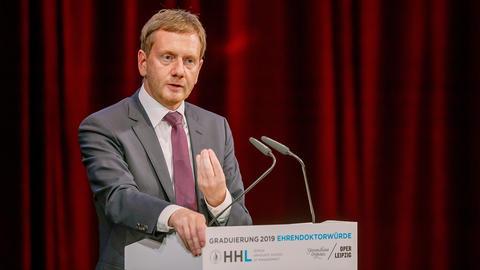 Der Ministerpräsident des Freistaates Sachsens, Michael Kretschmer, spricht zu den Absolventer der HHL.