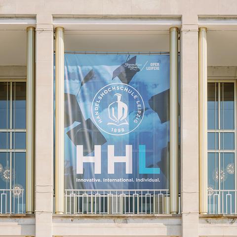 Mittleres Portikusbanner der HHL an der Außenfassade der Oper Leipzig angebracht.