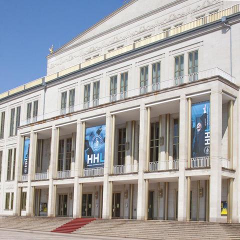 Die Oper Leipzog wurde zur Graduierung von außen mit drei Portikusbannern der HHL geschmückt.