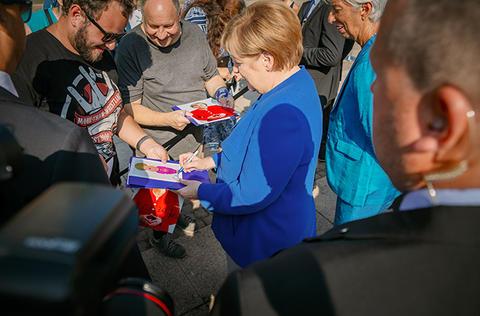 Dr. Angela Merkel gibt Autogramme vor der Oper Leipzig.