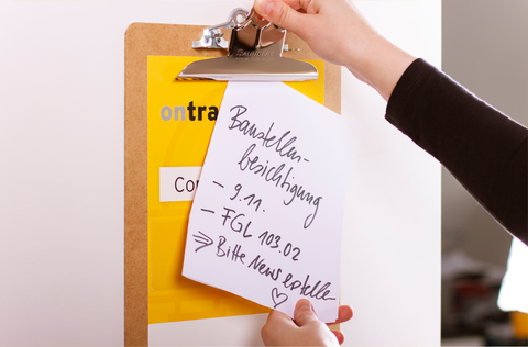 Das ONTRAS.Connect Clipboard dient als aufmerksamkeitsstarkes Türschild