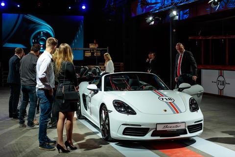 Bestaunen des Porsche 718 Boxter am Prämierenabend in Leipzig