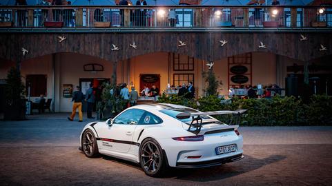 Porsche 718 Boxter vor dem Veranstaltungsgebäude
