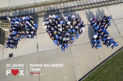 Beim Firmenjubiläum der Total Raffinerie Mitteldeutschland GmbH entstand per Drohne ein Foto, auf dem sich Mitarbeiter zu den Buchstaben P, O und X aufgestellt haben.
